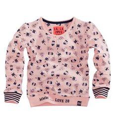 Z8 meisjes sweater met een all over ijsjes print. Model Viva. Deze sweat heeft gestreepte boordjes aan de mouwen en een tekst print MMM…. LOVE Z8 onderaan op de boord. Roze dessin - NummerZestien.eu
