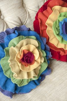 unusual pillow, but cute.makes me think of spring.these would be really cute on a patio white wicker chair Felt Crafts, Fabric Crafts, Sewing Crafts, Diy Crafts, Felt Flowers, Diy Flowers, Fabric Flowers, Recycled Crafts, Recycled Fabric