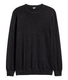 Jersey de punto fino en tejido suave de algodón. Mangas largas y cuello redondo.
