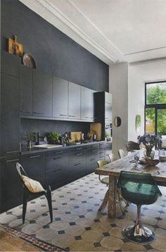 zwart marmerstuc, strakke zwarte keuken, portugese vloertegels..mooie mix van materialen en stijlen