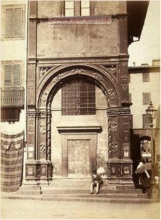 Loggia del Bigallo ancora murata, foto del 1870 circa, a destra sullo sfondo si vede l'Arco de' Pecori demolito