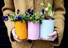Creative DIY Garden Containers and Planters from Recycled Materials --> Colorful Tin Can Planters for Spring Painted Tin Cans, Paint Cans, Painted Pots, Hand Painted, Diy Projects To Try, Craft Projects, Boho Deco, Diy And Crafts, Arts And Crafts