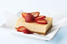El tradicional cheesecake con crema agria siempre ha sido un favorito de nuestros lectores. La cobertura de fresas frescas se complementa con su cremosa textura. Es el pastel perfecto para la primavera y fácil de preparar en un molde de 13x9 pulgadas.