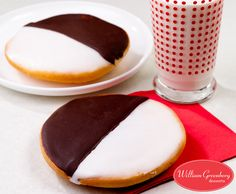 Our scrumptious Black & White #Cookies – Voted #1 in NY cause their cake like texture & rich icing makes them irresistible! bit.ly/2dmU8MC #cookielovers #yummy #whatsfordessert #nycbakery