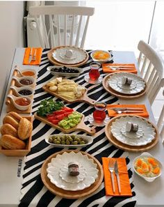 Breakfast Presentation, Food Presentation, Food Set Up, Appetizer Recipes, Appetizers, Breakfast Table Setting, Party Buffet, Food Decoration, Home Decor Kitchen