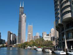 The Sears tower, es el rascacielos más grande de Chicago, en el estado de Illinois, y fue el edificio más alto del mundo entre los años 1973 y 1998, tiene una altura de 442 metros y 108 plantas.