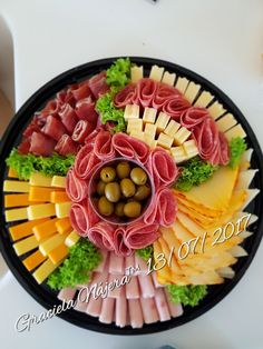 Charola de Carnes Frias y Quesos Meat Cheese Platters, Meat Trays, Party Food Platters, Food Trays, Deli Tray, Meat Platter, Party Trays, Party Snacks, Appetizers For Party
