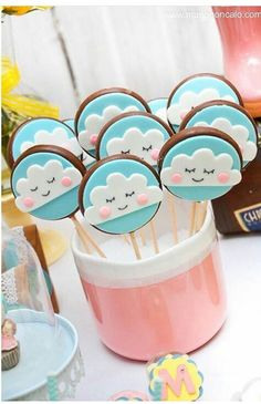 first birthday centerpiece Kinder Party Snacks, Snacks Für Party, Cloud Party, 2nd Birthday, Birthday Parties, Cloud Cake, Cookie Pops, Baby Party, Unicorn Party