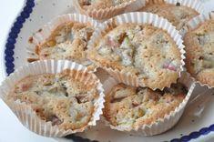 Makronkager med rabarber - makronmuffins med et twist | NOGET I OVNEN Baking Muffins, Danish Food, Twists, Biscotti, Macarons, Food Porn, Food And Drink, Cupcakes, Fruit