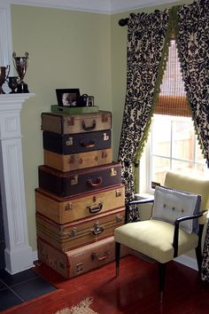 I don't know what it is about vintagey suitcases but i just LOVE them!  They inspire my inner vagabond!
