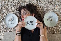 Para criar a linha de pratos Bico de Pena, Joana  Lira trabalhou com caneta nanquim para fazer traços delicados. Para dar mais força ao desenho, as peças foram elaboradas em branco e preto, com toques de dourado – o que confere sutileza e elegância às quatro versões do produto