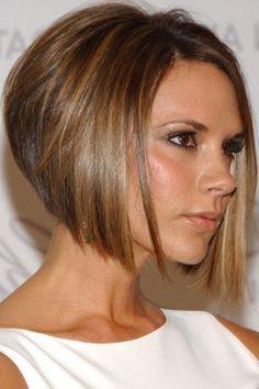 Idée Coiffure :    Description   Victoria Beckham, carré plongeant court, avec des mèches plus longues de devant, idée de coiffure féminine stylée