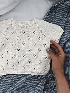 Ravelry: Rigmor's Summer Shirt pattern by PetiteKnit Ravelry: Rigmors Sommerhemd-Must. Knitted Baby Cardigan, Baby Pullover, Knitted Baby Clothes, Crochet Shirt, Knit Shirt, Summer Knitting, Knitting For Kids, Baby Knitting Patterns, Baby Sweaters