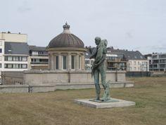 Back to the Sea, by artist Roland Devolder. Bronze statue, hight: 3m10. In Koningspark, Oostende, Belgium