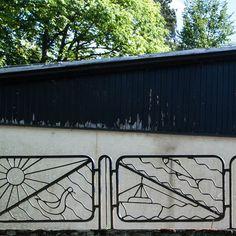 Vzor pre tento prsten je z obce Stará Turá. Tento plot je okolo turistická ozdravovny z 70. let. Podle štylizace tohoto plotu je autor pravdepodobne výtvarník.  K dispozici (na skladě) jsou velikosti 48, 49, 50, 51, 52, 54.  Materiál je 60% nerezová ocel + 40% bronz. Vyrobeno 3D tlačí.