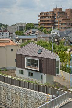 Rendons-nous au Japon à la découverte d'un projet insensé, la construction d'une propriété sur un terrain de29 m² de forme triangulaire. Cette maison nichée sur la rivière est l'œuvre de l'architecteSuisekiKota qui s'est adapté aux contraintes topo...