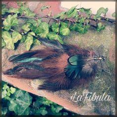 Schmetterlings-Federclip aus braunen und grünen Federn   Diesen Federclip mit Schmetterling habe ich aus braun/grünen Hahnenfedern und kleinen Pfauenfedern gemacht.  Solche Federclips findest du auf www.lafibula.com