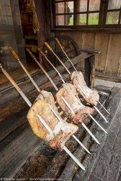 Um belo churrasco em fogo de chão. Tradição mais que especial do Rio Grande do Sul.  Dicas >>> http://www.guiaviagensbrasil.com/blog/gramado-no-verao/