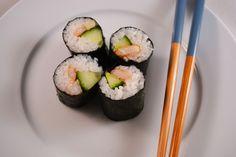 Zelf sushi maken? Dat is een hele klus! Bekijk hier hoe je het doet op de leukste Foodblog met een duidelijk stappenplan!