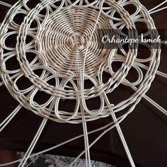 Paper Basket Weaving, Basket Weaving Patterns, Weaving Art, Bamboo Basket, Rattan Basket, Wicker, Newspaper Basket, Newspaper Crafts, Natural Weave