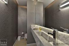 Branco e cinza foram os tons escolhidos para este lavabo lindo! Papel de parede imitando couro de crocodilo e cuba esculpida no próprio mármore da bancada. Projeto da arquiteta Maristela Krumenauer.