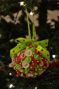 DIY button ornament...super easy! Sewn Christmas Ornaments, Button Ornaments, Christmas Wood, Christmas Balls, Diy Christmas Gifts, Christmas Projects, Christmas Holidays, Christmas Decorations, Christmas Ideas