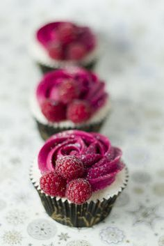raspberry and champagne cupcakes! But could be Raspberry cheese cake. I like the decor of the cupcake Party Desserts, Just Desserts, Delicious Desserts, Dessert Recipes, Cupcake Recipes Uk, Cupcake Flavors, Raspberry Cupcakes, Yummy Cupcakes, Raspberry Frosting