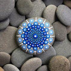 Elle peint des milliers de points de couleur sur des pierres récupérées dans l'océan ...et le résultat est juste FA-BU-LEUX !