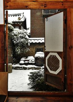 Snowy day in Seoul - I wished the entrance to my house looked like this. Beautiful Streets, Beautiful World, Beautiful Places, Beautiful Pictures, Korean Traditional, Traditional House, Scenery Pictures, Snowy Day, Seoul Korea