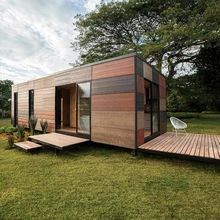 Earthy modular VIMOB home can be erected in even the most hard-to-reach locations. Colectivo Creativo Arquitectos designed VIMOB, a gorgeous and flexible modular home clad in timber. Tiny Modular Homes, Cheap Modular Homes, Modular Housing, Villa Design, House Design, Prefab Cabins, Prefabricated Houses, Prefab Homes, Conception Villa