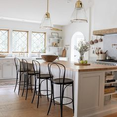 European Home Decor 59397 A Modern European style farmhouse style in this recently remodeled home that will inspire you. European Style Homes, European Home Decor, Shabby Chic Kitchen, Shabby Chic Decor, Modern Shabby Chic, New Kitchen, Kitchen Decor, Kitchen Ideas, Kitchen Nook