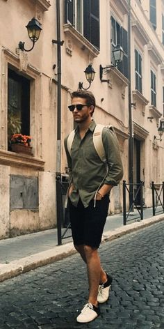 Looking for some amazing summer travel outfits for men? Look no further. We've curated 5 amazing travel outfits to help you look good. travel 5 Easy Summer Travel Outfits For Men Cool Summer Outfits, Travel Outfit Summer, Summer Travel, Travel Outfits, Travelling Outfits, Preppy Mens Fashion, Man Fashion, Travel Fashion, Outfit Zusammenstellen