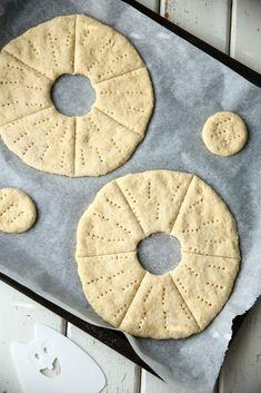 Nämä kaurareikäleivät ovat ihania! Ne ovat pehmeitä, kuohkeita ja todella maukkaita. Ne ovat on yksi herkullisimmista leivistä, jota olen koskaan tehnyt. Leivät ovat herkullisia uunituoreina, mutta olivat ihanan pehmeitä ja tuoreenoloisia myös seuraavana päivänä. Tämän kauemmin leivät eivät meillä säilyneetkään. P… Finnish Recipes, Savory Pastry, Light Recipes, Bon Appetit, Bread Recipes, Brunch, Goodies, Food And Drink, Pie