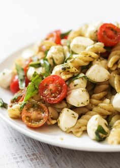 Caprese Pasta Salad: When you need a quick side salad to bring to this summer's picnic, look no further. This recipe relies on store-bought pesto, balsamic vinegar, and fresh basil. Make it the night before your next potluck or picnic! Ensalada Caprese, Caprese Pasta Salad, Best Pasta Salad, Pesto Pasta, Crab Salad, Pesto Sauce, Salad Recipes Video, Pasta Salad Recipes, Cooking Recipes
