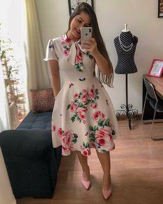 Qual usariam? 😍❤️😍 ↪️ Comente seu favorito! 💁 . ☑️ @jovens_modestos Cute Formal Dresses, Flowery Dresses, Elegant Dresses For Women, Stylish Dresses, Cheap Dresses, Simple Dresses, Vintage Dresses, Casual Dresses, Modest Fashion