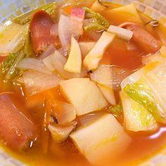 野菜(玉ねぎ、ニンジン、ジャガイモ、エリンギ、シメジ、白菜、大根)と、ウインナー、ベーコンを、コンソメ、チキンスープ、トマトジュースなどで煮込んでミネストローネ風のスープにしてみました。 味付けは塩、コショウなどシンプルですが、キャベツではなく白菜を使ったので、最後にレモン果汁を多めに入れて、サッパリとした風味に。 - 13件のもぐもぐ - 白菜、ウインナー、ベーコンのあるミネストローネ風スープ by dentyuugaku