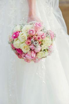 Brautstrauß aus Rosen und Pfingstrosen