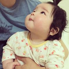 trendy baby and daddy sleeping children Cute Little Baby, Cute Baby Girl, Little Babies, Baby Love, Baby Kids, Cute Asian Babies, Korean Babies, Asian Kids, Japanese Babies