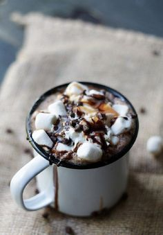 The 9 most appetizing cups of hot chocolate - To taste .- Las 9 tazas de chocolate caliente más apetecibles – A gusto en casa The 9 most appetizing cups of hot chocolate – At home - Mocha Recipe, Hot Cocoa Recipe, Hot Chocolate Recipes, Chocolate Chili, Chocolate Drizzle, Yummy Drinks, Yummy Food, Fall Drinks, Think Food