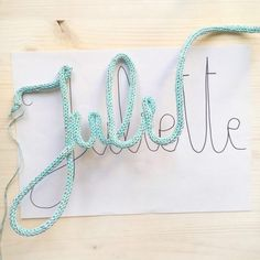 DIY The name knit tuto and all the tricks to make a pretty knit word Rock and Paper Vieira DIY – Le tuto prénom tricotin et toutes les astuces pour faire un joli mot en tricotin – Rock and Paper DIY – The name knit tuto and all the tricks to make a p Crafts To Sell, Diy And Crafts, Crochet Letters, Crochet Alphabet, Yarn Wall Art, Spool Knitting, Ideias Diy, Macrame Projects, Wire Art