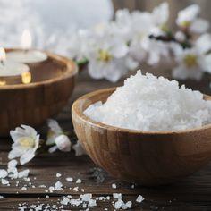 Le sel d'Epsom favorise la guérison et est excellent lorsqu'il est combiné avec des huiles essentielles. Le sel contient des minéraux précieux et possède un effet alcalinisant sur le corps (équilibre le PH) qui favorise l'élimination des toxines acides localisées dans les muscles et les articulations. Il favorise également la transpiration - qui aide à combattre les infections, les rhumatismes, l'arthrite et vous permet de vous relaxer plus facilement. www.mycosmetik.fr