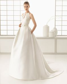 Naturfarbenes Kleid aus Ottoman-Seide. Kleid aus Duchess-Satin, naturfarben. Mikado-Kleid, naturfarben.