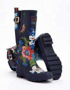 Joules Womens Wellyprint, Navy Floral. From striking stripes and detailed florals to scenes that sing of our country heritage. No matter where you are from farmyards to festivals, our new printed wellies will make sure you stand out from the crowd.
