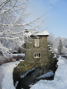 The Bridge House, Ambleside, Cumbria.Never seen it snowcovered before, so… Cumbria, Derbyshire, Lake District, Winter Szenen, Northern England, Snow Scenes, English Countryside, Great Britain, Places To See