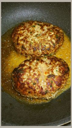 元ステーキ職人が教えるハンバーグの焼き方 元ハンバーグ職人直伝豆腐ハンバーグパティの焼き方!ひっくり返すのは3回で、両面を2回ずつ焼くよ!普通のハンバーグも同様。 材料 元ハンバーグ職人直伝豆腐ハンバーグパティ 1回分 焼き油 大さじ1 酒やワイン 大さじ2 水 心配な方は50cc 作り方 1 元ハンバーグ職人直伝のハンバーグの黄金比率は、レシピID : 2265297をご覧ください。 2 元ハンバーグ職人直伝豆腐ハンバーグパティレシピID:1577679をご覧ください。手でキャッチボールをします。空気抜き。 3 しそ入りもあります。レシピID:1986640 4 焼きますよ!!フライパンに油をしいて中火で3分。真ん中を指でくぼませてね!火を通しやすくする為だよ!5 3分後ひっくり返します!いい焼き色! 6 はい!ふたをして3分!3分後ひっくり返してやや弱火にして3分。3分経ったらもう一度ひっくり返すよ! 7 強火にして酒でフランベ! 8 ふたをして蒸し焼きに! 9 火の通りが心配な方はさらに水を入れて蒸し焼きにしてね!完成!すっごくやわらかいよ!!
