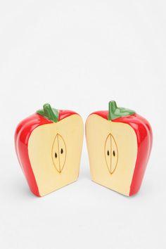red apple salt and pepper shakers! Salt N Pepa, Teapot Cookies, Red Kitchen, Kitchen Ideas, Salt Of The Earth, Apple Decorations, Apple Theme, No Salt Recipes, Salt And Pepper Set