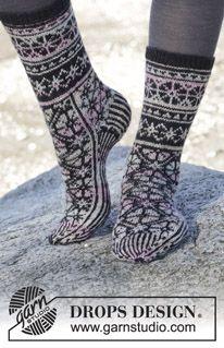"""Moonflower Socks - Gestrickte DROPS Socken in """"Fabel"""" mit Norwegermuster. - Gratis oppskrift by DROPS Design Diy Crochet And Knitting, Crochet Socks Pattern, Knitting Patterns Free, Free Knitting, Crochet Patterns, Free Pattern, Drops Design, Knitted Slippers, Knitted Gloves"""