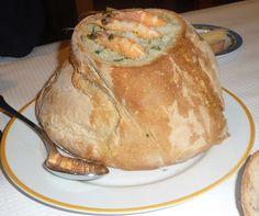 Açorda de marisco, servida em pão alentejano