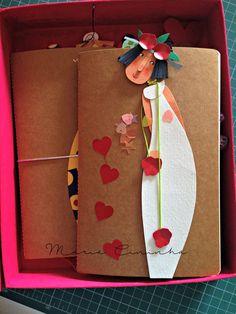 Estava indo tudo bem, até eu descobrir que as Marias ficariam encantadoras em caderninhos tipo Moleskine. Ganharam complem... Handmade Books, Handmade Crafts, Diy And Crafts, Rolled Paper Art, Diy Back To School, Diy Papier, Newspaper Crafts, Happy Paintings, Origami Paper