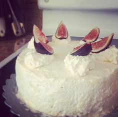 Almond Zimttorte with Honey and Figs